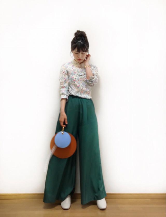 軽やかなグリーンのスカートやパンツできれいめに