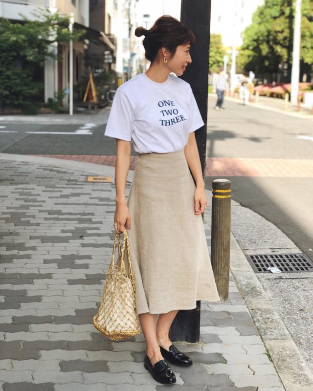 Tシャツをこなれ感たっぷりに引き上げる「リネンスカート」
