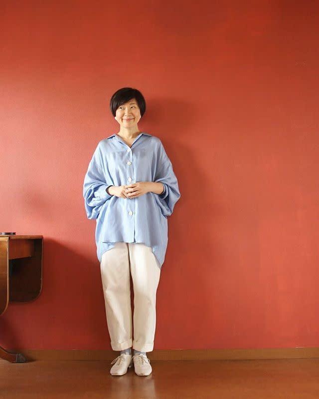 オーバーサイズでもダラしなく見えない、クリーンなブルーシャツ