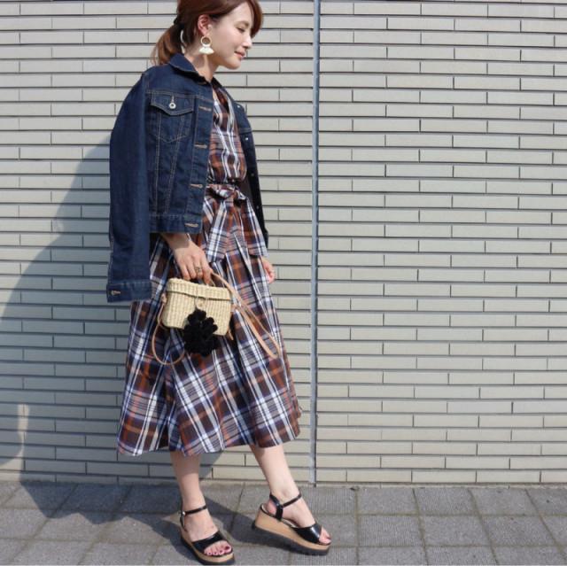 ひと足お先に秋っぽい着こなし。シックなチェック柄のワンピースやジャンパースカート