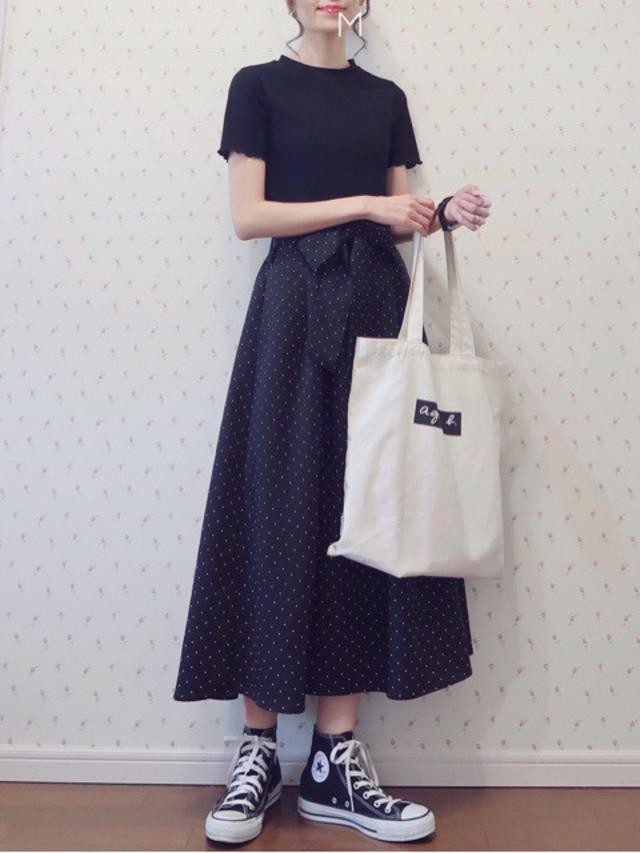 【黒Tシャツ×スカートルック/04】フレアスカートのふんわり感を引き出すぴったりTシャツ