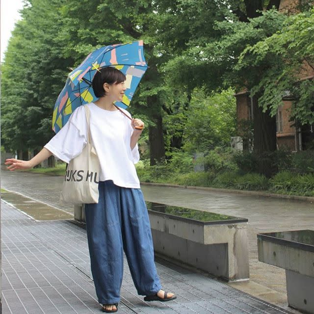 アートを着こなすような柄の傘なら雨が待ち遠しい