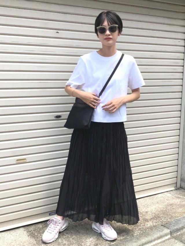 ロングスカートはたっぷりのギャザーで優雅な揺れ感を