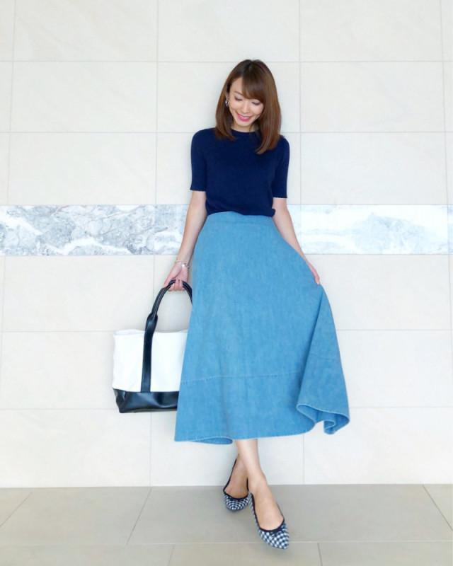 夏の通勤にぴったり。涼をもたらす「ブルーのミモレスカート」