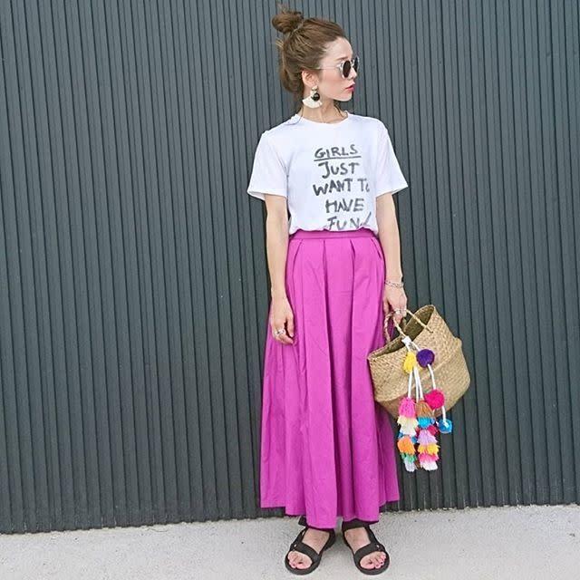 ビビッドなピンクのギャザースカートをカジュアルに