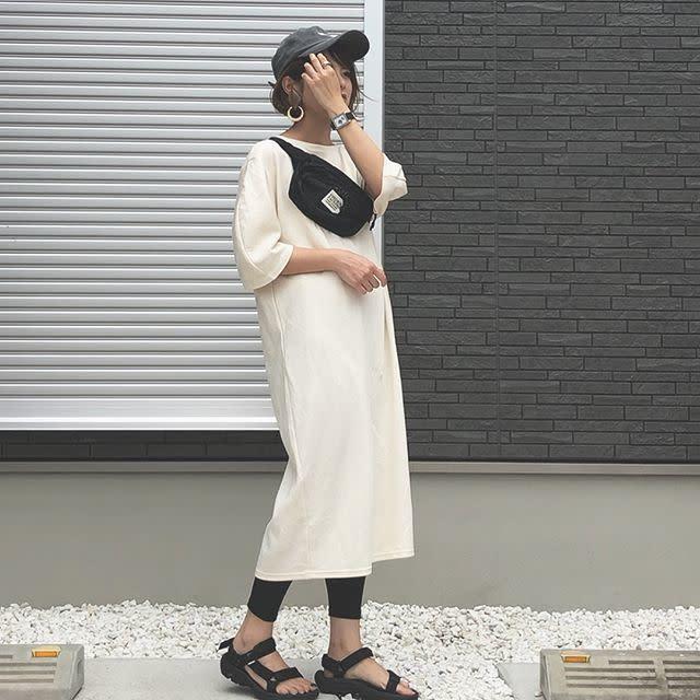 """シンプルなカットソーワンピコーデの仕上げに""""キャップ""""をON!"""