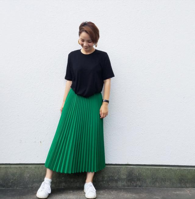 【黒Tシャツ×スカートルック/05】パキッと派手色スカートが大人可愛い