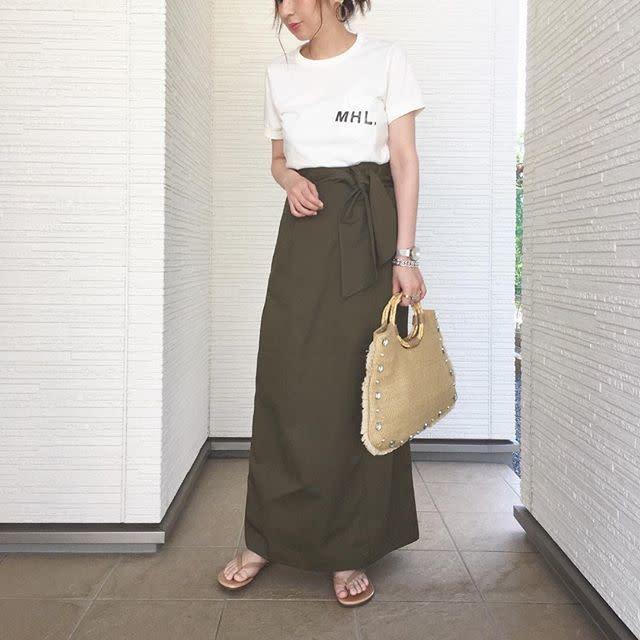 裾が広がらない大人っぽいスカートに合わせてきれいめカジュアルに