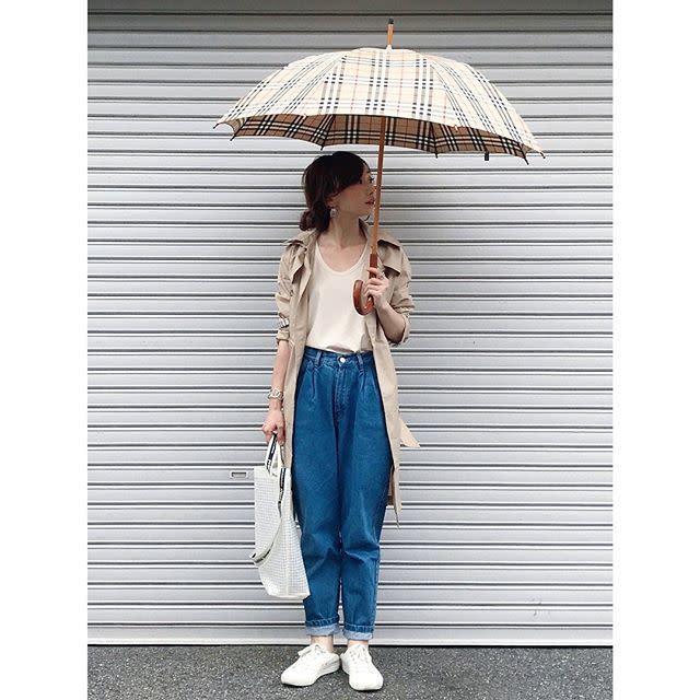 チェック柄の傘を主役にまとめたシンプルカジュアル