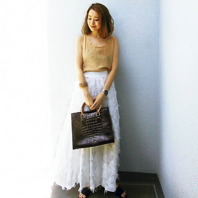 軽やかなフェザーのロングスカートは白やブルーで爽やかに