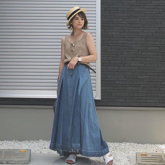 ボリューム感のあるデニムのロングスカートで存在感のある着こなしに