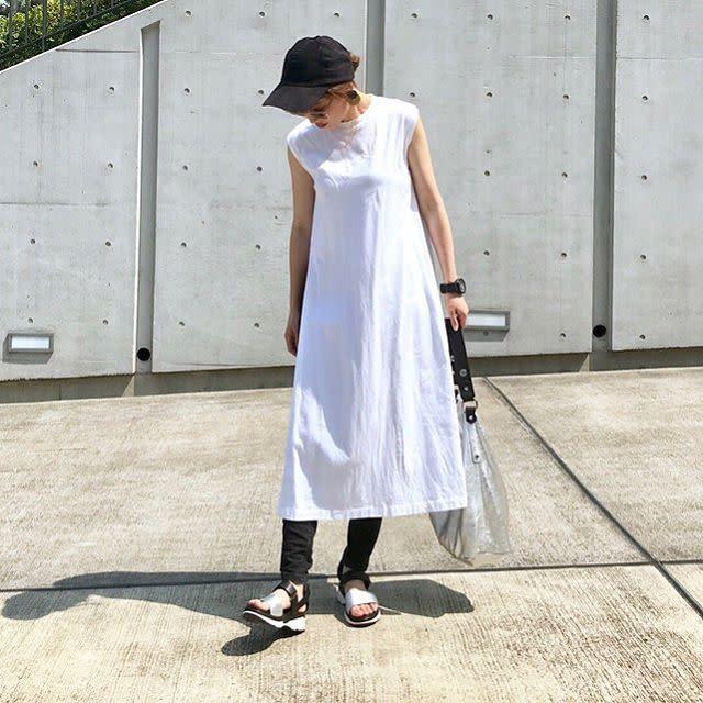【ワンピース/01】夏っぽいホワイトワンピースはモノトーンのスポーツMIXでトレンド感を