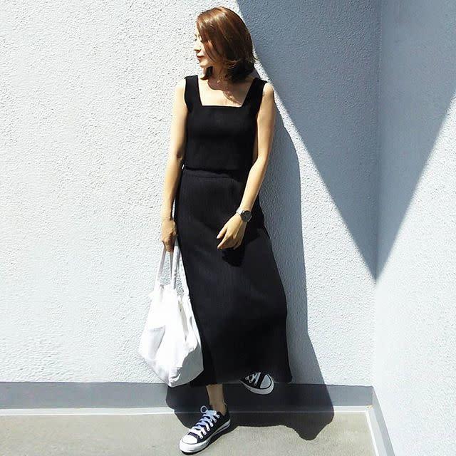 niko and …(ニコアンド)の黒スカートに旬トップス&スニーカーを合わせて
