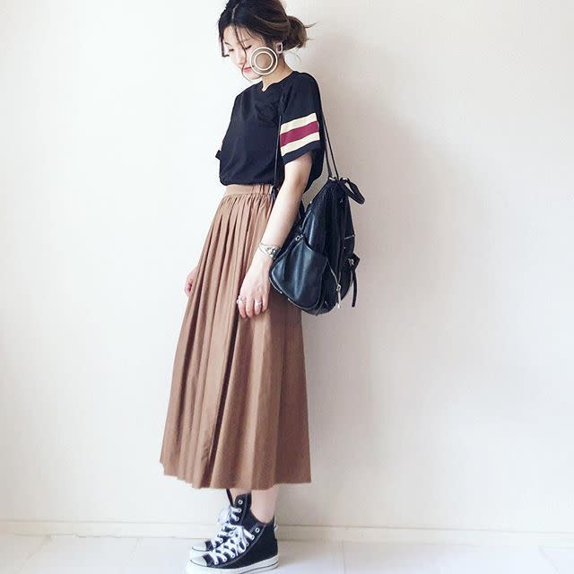 キャメルのスカートに黒トップスで秋っぽく