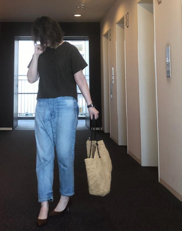 デニムパンツ×Tシャツはブラウンパンプスでシックなスタイリングに