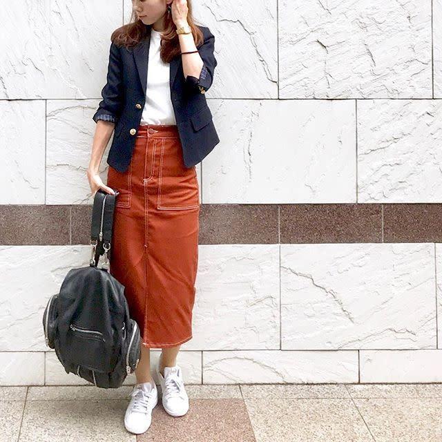 カジュアルなスカートもタイトシルエットでお仕事服に
