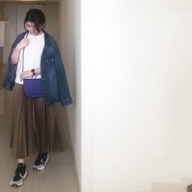 ロング丈のプリーツスカートで今っぽいスタイリングに