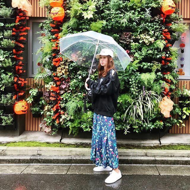 華やかな花柄がビニール傘までモードなアイテムに見せる