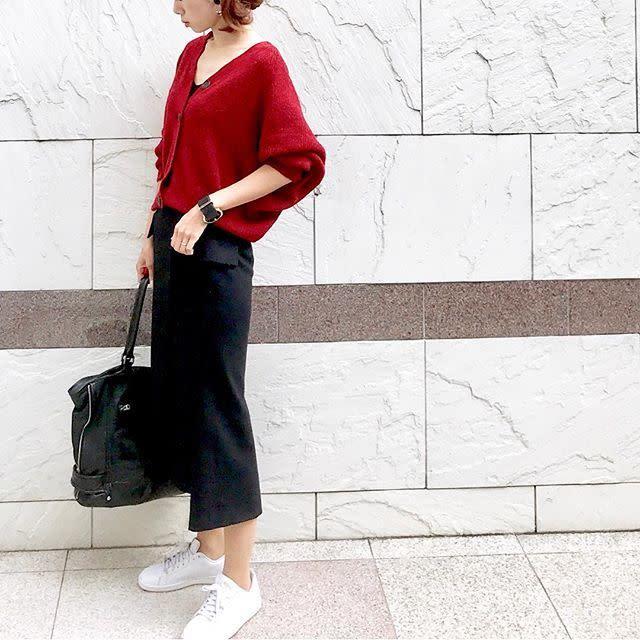 黒のタイトスカートにスニーカー&ゆるニットでオフィスカジュアルに