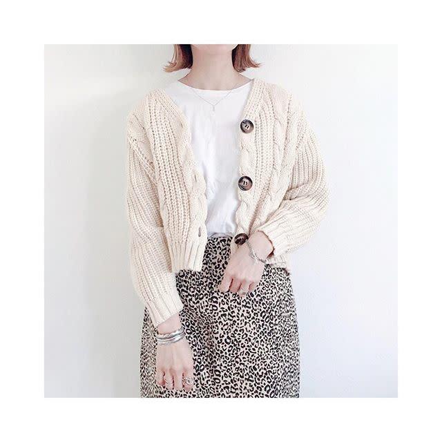 レオパード柄のスカートを白やベージュのニットに合わせて上品に