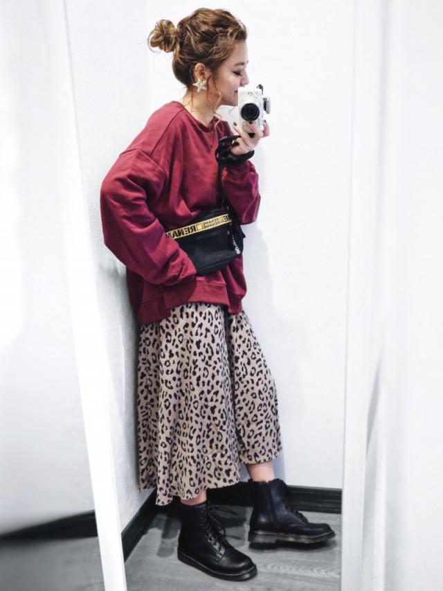 今季人気のレオパード柄スカートはラフに着こなすのがポイント
