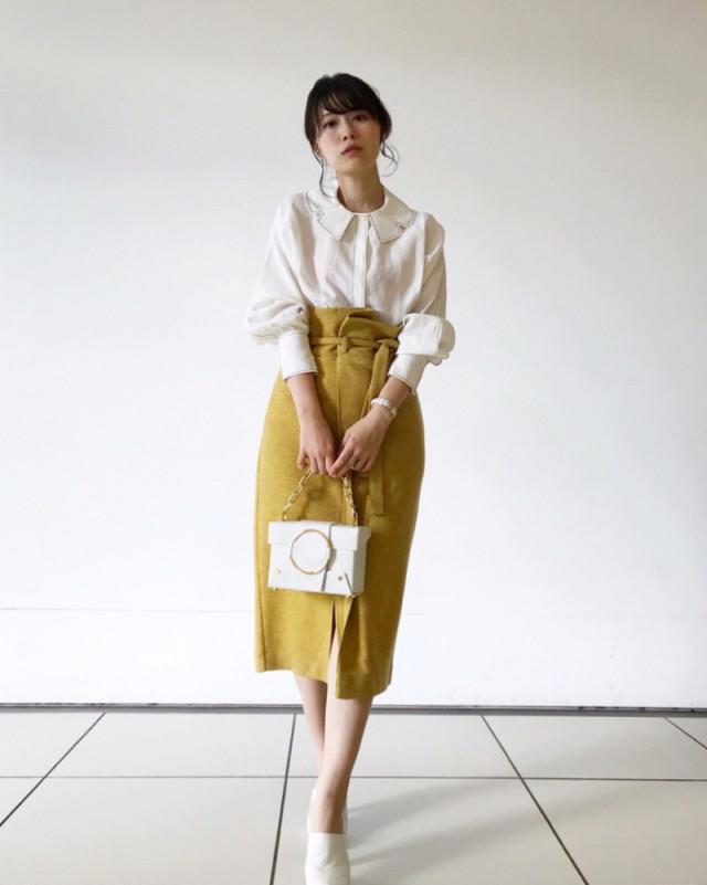 センタースリットのこなれスカートは+白ブラウスでデートコーデにも