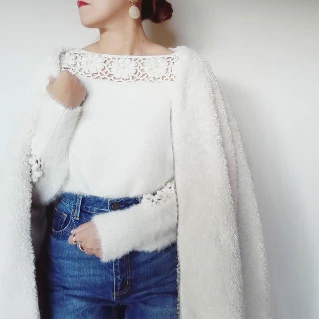 コサージュみたいな透かし編みがかわいい白ニット