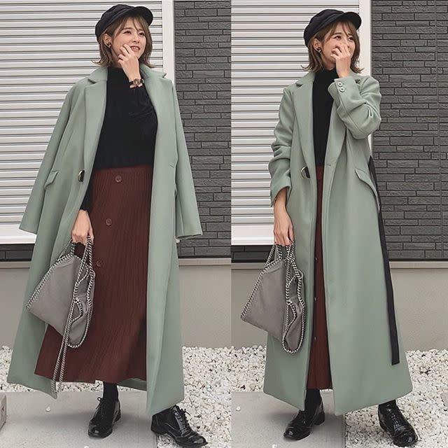 ブラックを有効活用する「くすみグリーンのコート」のシックな大人スタイル