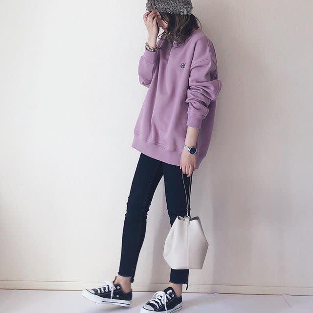 腰まで隠れるスポーティなスウェットでスキニーパンツを着こなしやすく
