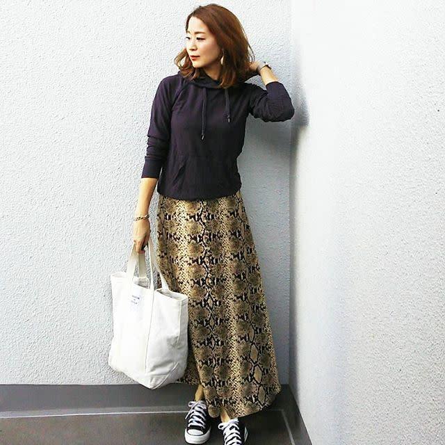 アニマル柄スカートでパーカーコーデをトレンドアップ