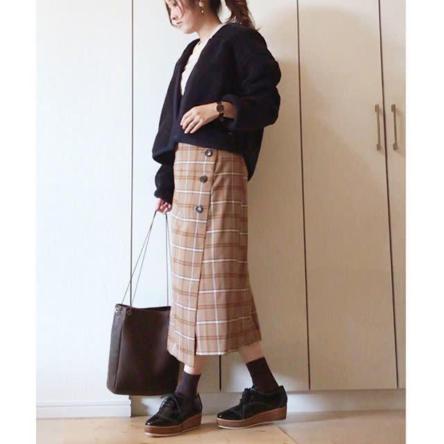 タイトシルエットなスカートやワンピースでIラインを強調