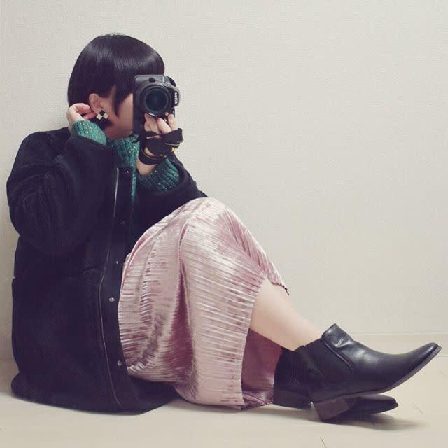 光沢感のあるベロアスカートで華やかに
