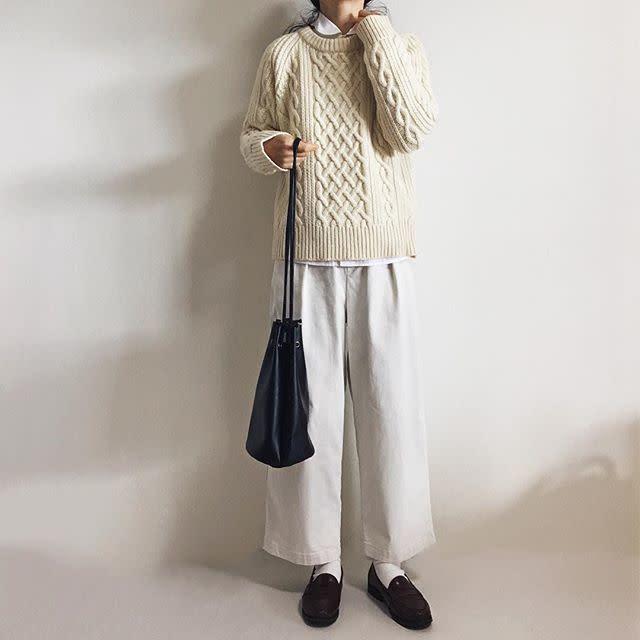 ローファーと白ソックスにはカジュアルなパンツで学生服っぽさを回避