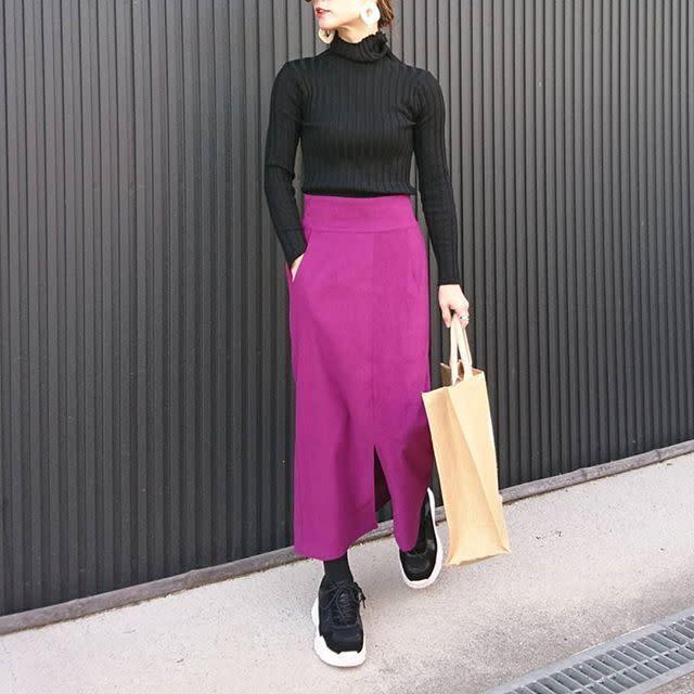 鮮やかスカートはタイト&スリットのきれいめデザインをチョイス