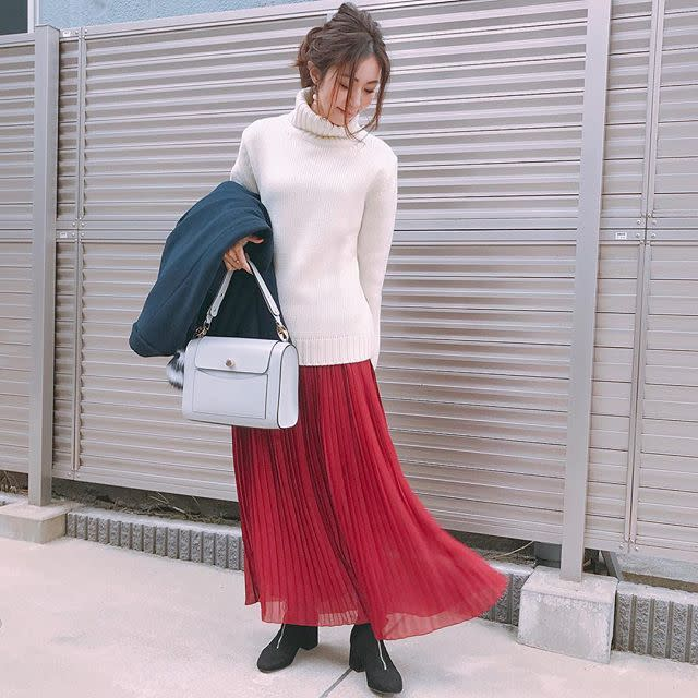ふんわり赤スカートに白アイテムを挟んで肌映りよく