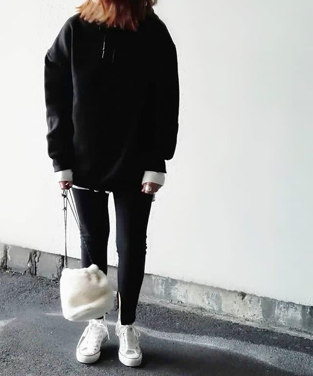 スポーティな黒コーデ×白のスニーカーで大人カジュアル