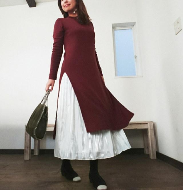 ワンピースの長いスリットから白いロングスカートを覗かせて