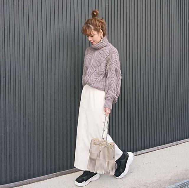 厚手コットンやコーデュロイのボタンがおしゃれな白スカート