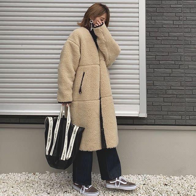 軽くて暖かいボアのコートはノーカラーですっきりおしゃれに