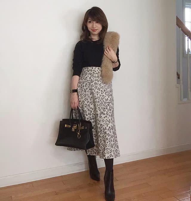 きれいめに着こなすならミディ丈のレオパード柄スカートにシンプルトップス