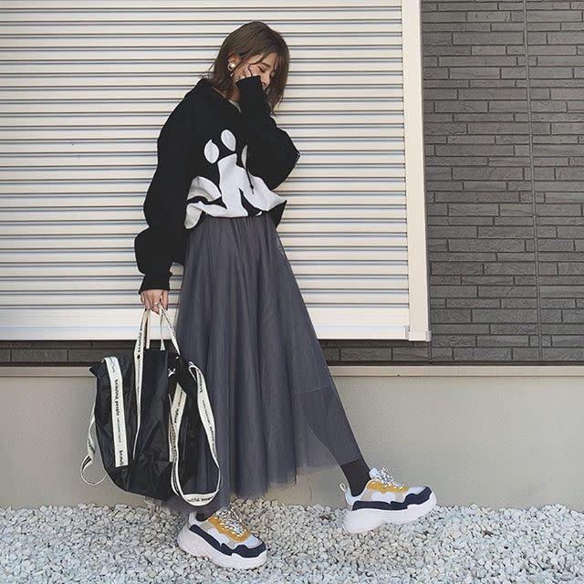 チュールスカートにオーバーサイズなスウェットとスニーカーを合わせてカジュアルに