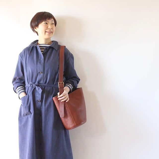 これからの季節にぴったりなブルーのカジュアルなステンカラ-コート