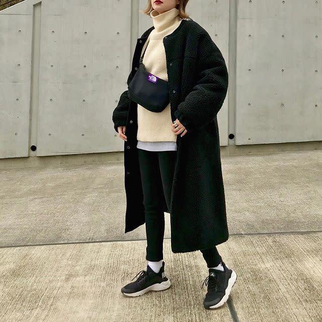 ボリューム感たっぷりなボアコートは黒のパンツやブーツで引き締めて