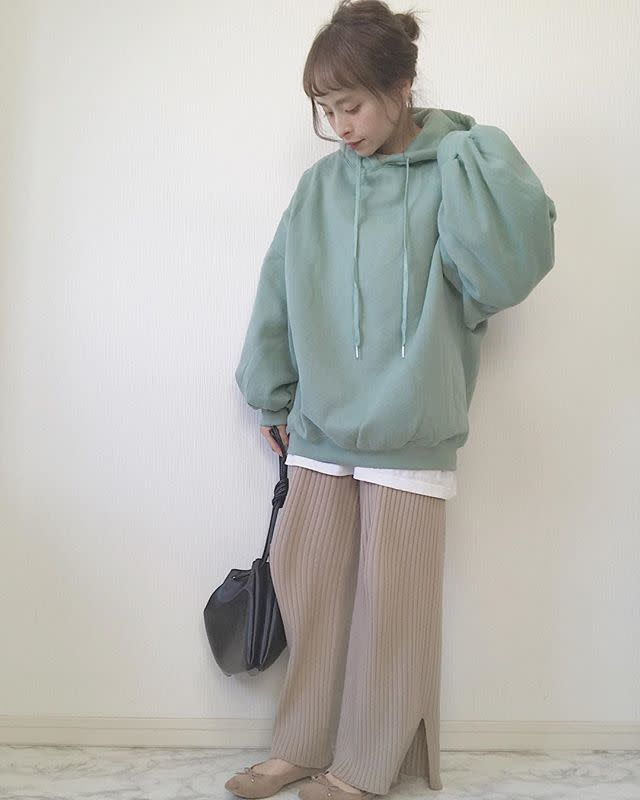 ペールグリーンのトップスにカジュアルな淡色パンツを合わせて