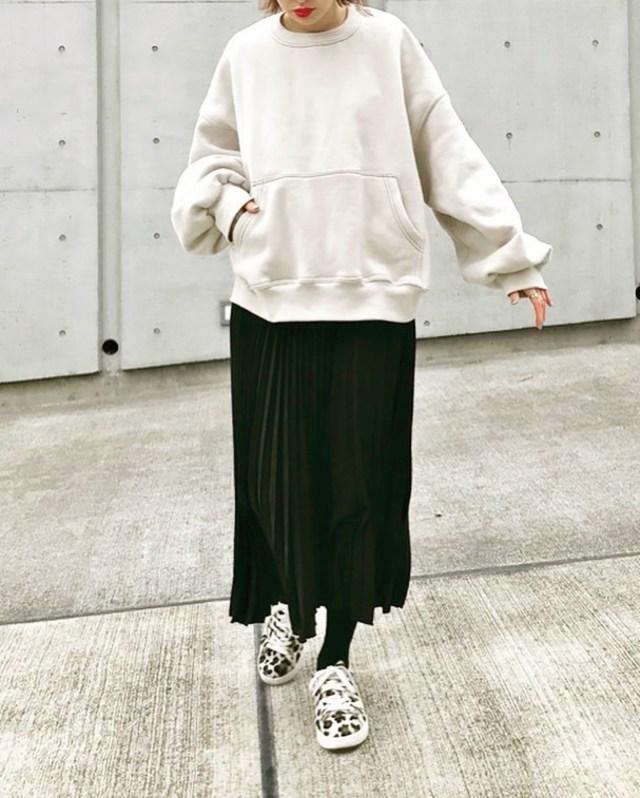 基本カラーのゆるスウェットは黒のプリーツスカートできれいめカジュアルに