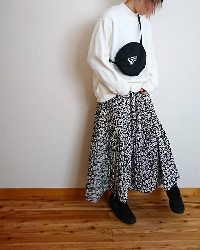 スウェット×ロング丈の柄スカートに小さめバッグを合わせて