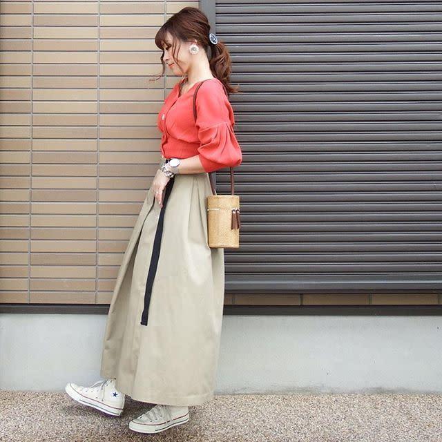 裾が広がらないベージュのロングスカートはトップスインしてメリハリを