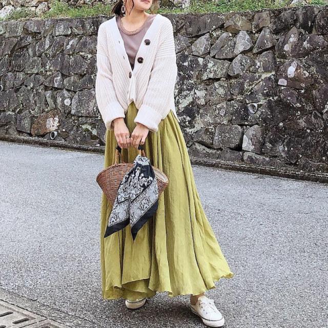 ボリューム感たっぷりなマキシスカートもイエローカラーですっきりおしゃれに