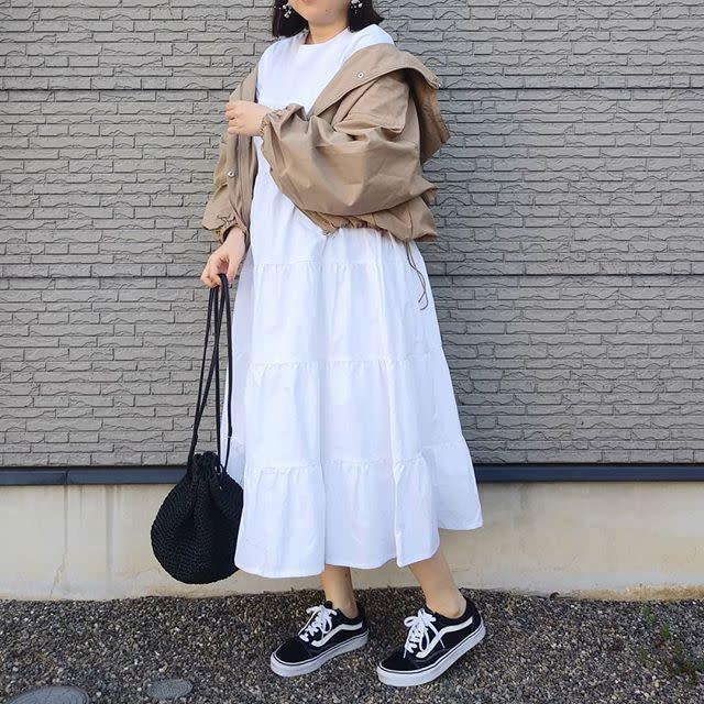 カジュアルに着こなしたい、フェミニンな白のティアードワンピース