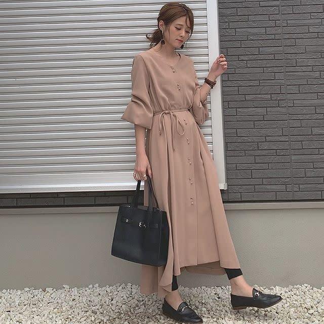 ウエストリボンとデザインスカートが女性らしいワンピース